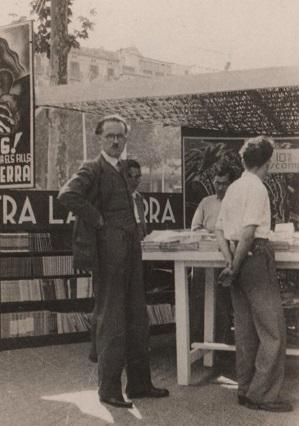 Antonin Lecouteux davant un stand de propagandistes republicans [Wiki Guy de Rambaud]